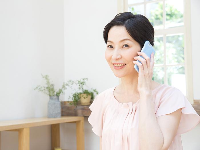 電話で問い合わせをする女性